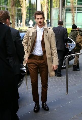 Cómo combinar: gabardina en beige, traje marrón, camisa de vestir blanca, zapatos oxford de cuero en marrón oscuro