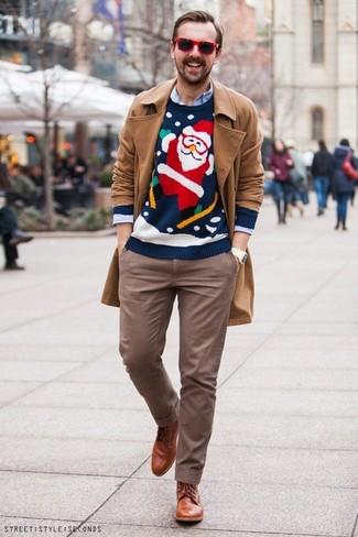 Emparejar una gabardina marrón claro junto a unas gafas de sol es una opción grandiosa para una apariencia clásica y refinada. Este atuendo se complementa perfectamente con botas formales de cuero en tabaco.