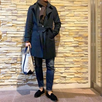 Cómo combinar: gabardina negra, jersey con cuello circular blanco, vaqueros azul marino, mocasín con borlas de ante negro