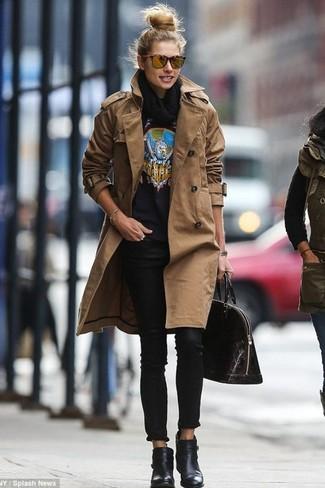 Cómo combinar: gabardina marrón, jersey con cuello circular estampado negro, vaqueros pitillo negros, botines de cuero negros