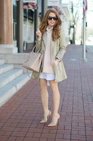 Cómo combinar: gabardina en beige, jersey con cuello vuelto holgado en beige, vestido camisa blanca, zapatos de tacón de cuero en beige