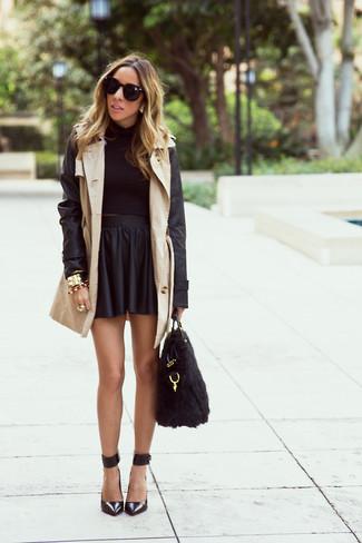 Cómo combinar: gabardina de cuero en beige, jersey corto negro, falda skater de cuero negra, zapatos de tacón de cuero negros