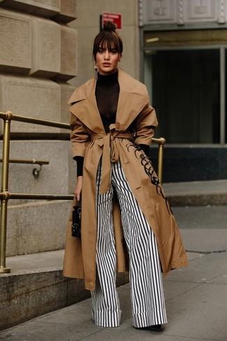 Cómo combinar: gabardina marrón claro, jersey de cuello alto negro, pantalones anchos de rayas verticales en blanco y negro, botines de cuero negros