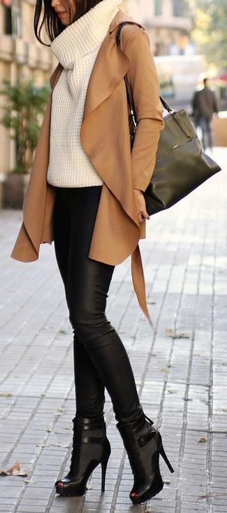 Una gabardina de ante marrón claro y unos pantalones pitillo de cuero negros son una combinación toda fashionista debe intentar Si no quieres vestir totalmente formal, usa un par de botas.