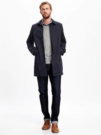 Cómo combinar: gabardina azul marino, jersey de pico gris, camisa de manga larga de cuadro vichy azul, vaqueros azul marino