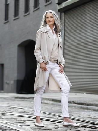 Cómo combinar: gabardina en beige, jersey de pico en beige, camisa de vestir blanca, pantalones pitillo blancos
