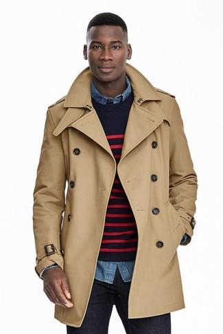 Cómo combinar: gabardina marrón claro, jersey con cuello circular de rayas horizontales en azul marino y rojo, camisa vaquera azul, vaqueros azul marino