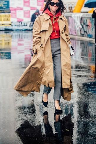 Cómo combinar: gabardina marrón claro, sudadera con capucha roja, pantalón de vestir gris, zapatos de tacón de ante negros