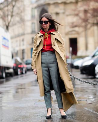 Cómo combinar: gabardina marrón claro, sudadera con capucha roja, pantalón de vestir gris, zapatos de tacón de cuero negros