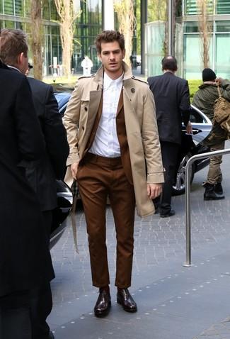 Cómo combinar: gabardina marrón claro, traje marrón, camisa de vestir blanca, zapatos oxford de cuero burdeos