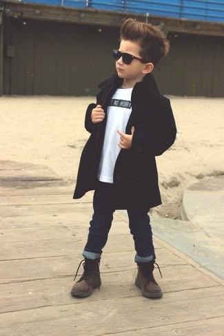 Cómo combinar: gabardina negra, camiseta blanca, vaqueros azul marino, botas en marrón oscuro