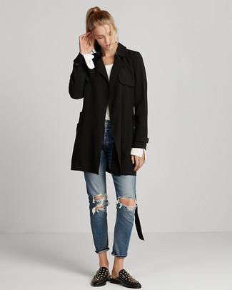 Cómo combinar: gabardina negra, jersey con cuello circular blanco, vaqueros desgastados azules, mocasín de cuero con tachuelas negros