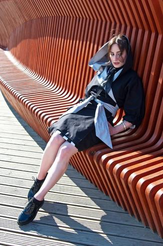 Cómo combinar: gabardina negra, zapatos oxford de cuero gruesos negros