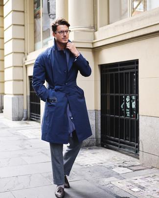 Cómo combinar: gabardina azul marino, pantalón de vestir de lana en gris oscuro, mocasín con borlas de cuero negro, bufanda azul marino