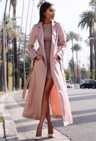 Cómo combinar: gabardina rosada, vestido ajustado rosado, zapatos de tacón de cuero rosados