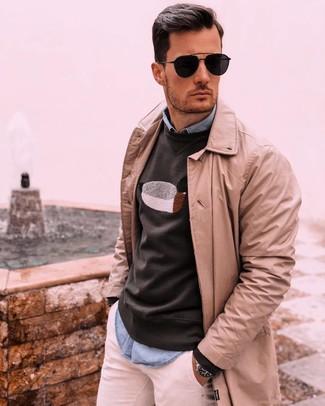 Cómo combinar: gabardina marrón claro, sudadera estampada negra, camisa de manga larga de cambray celeste, pantalón chino blanco