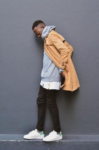 Cómo combinar: gabardina marrón claro, sudadera con capucha gris, camiseta con cuello circular blanca, vaqueros negros