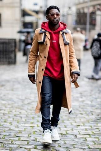 Cómo combinar: gabardina marrón claro, sudadera con capucha roja, vaqueros azul marino, deportivas blancas