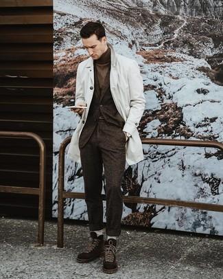 Cómo combinar: gabardina blanca, traje de lana en marrón oscuro, jersey de cuello alto en marrón oscuro, botas casual de ante en marrón oscuro