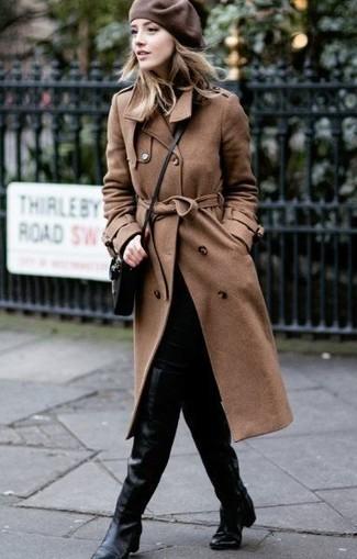 Cómo combinar: gabardina marrón, vaqueros pitillo negros, botas sobre la rodilla de cuero negras, bolso bandolera de cuero negro