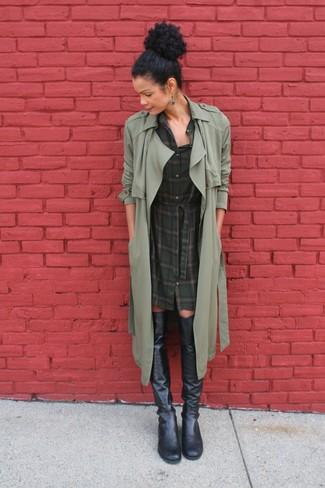 Cómo combinar: gabardina verde oliva, vestido camisa de tartán verde oscuro, botas sobre la rodilla de cuero negras