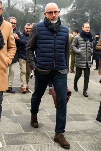 Dark Brown Suede Desert Boots Outfits: A navy quilted gilet and navy chinos are a great outfit worth having in your day-to-day off-duty rotation. And if you need to effortlessly spruce up this getup with shoes, complement your getup with a pair of dark brown suede desert boots.