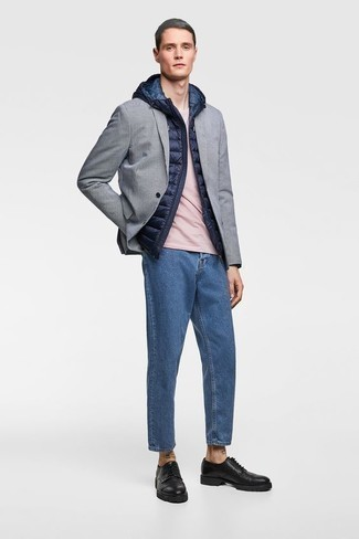 Grey Blazer with Blue Jeans Outfits For Men: A grey blazer and blue jeans? Make no mistake, this getup will make women go weak in the knees. If you want to easily class up this getup with one single item, why not complete this outfit with black leather derby shoes?