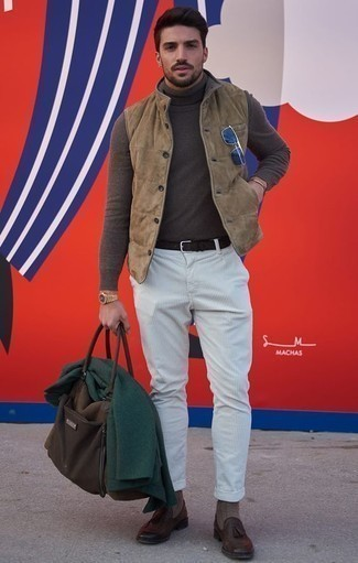 How to Wear Grey Socks For Men: If you gravitate towards casual street style ensembles, why not try teaming a tan suede gilet with grey socks? Puzzled as to how to complete this ensemble? Finish with a pair of dark brown leather tassel loafers to up the fashion factor.