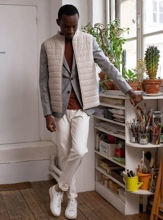 Beige Socks Outfits For Men: A beige quilted gilet and beige socks are a cool ensemble to add to your off-duty arsenal. Feeling experimental? Switch things up by finishing with white canvas low top sneakers.