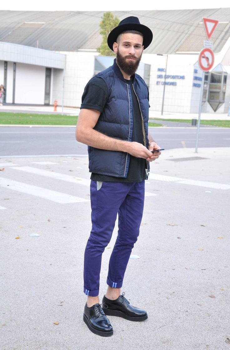 Black t shirt navy pants - Pairing A Navy Gilet With Casual Pants Is A Comfortable Option For Running Errands In The