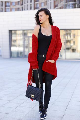 Tenue: Gilet en tricot bordeaux, Débardeur noir, Jean skinny en cuir noir, Baskets basses en cuir noires