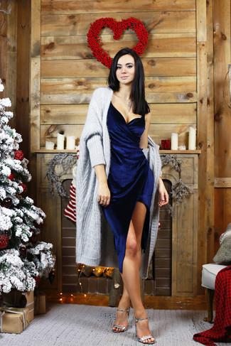 Marie un gilet épaisse gris avec une robe fourreau en velours bleue marine pour créer un style chic et glamour. Opte pour une paire de des sandales à talons en cuir argentées pour afficher ton expertise vestimentaire.