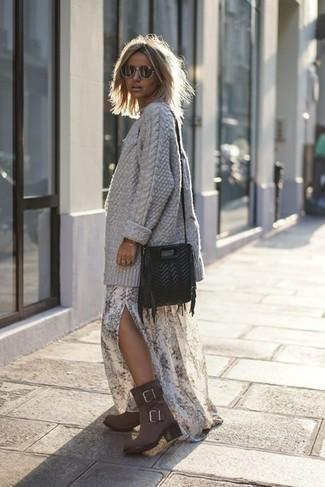 Ce combo d'un gilet en tricot gris et d'une robe longue à fleurs blanche dégage une impression très décontractée et accessible. D'une humeur audacieuse? Complète ta tenue avec une paire de des bottines en daim grises foncées Tod's.