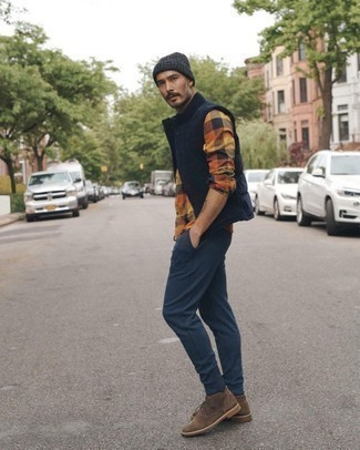 Men's Outfits 2020: This combo of a navy quilted gilet and navy sweatpants is beyond stylish and creates instant appeal. Brown suede desert boots are an effective way to transform this ensemble.