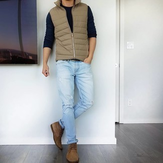 Brown Suede Desert Boots Outfits: A tan quilted gilet and light blue ripped jeans paired together are a match made in heaven. Brown suede desert boots will class up any outfit.