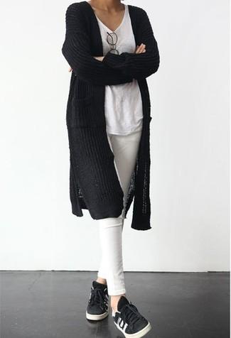 Harmonise un gilet en tricot noir avec un jean skinny blanc pour achever un look chic. Assortis ce look avec une paire de des baskets basses noires.