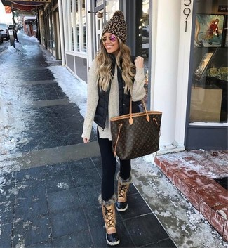 How to Wear Tan Snow Boots For Women: Rock a black quilted gilet with black leggings for a relaxed twist on day-to-day getups. All you need now is a pair of tan snow boots.