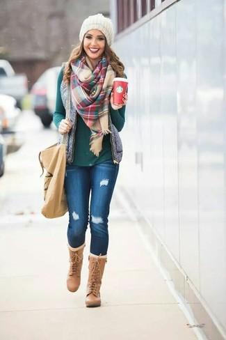 Associer un gilet sans manches matelassé gris avec un jean skinny déchiré bleu est une option confortable pour faire des courses en ville. Habille ta tenue avec une paire de des bottes hauteur genou en cuir marron clair.