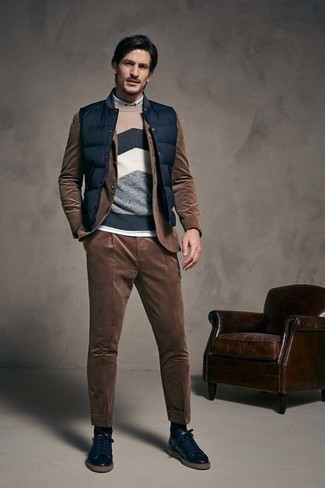 How to Wear a Brown Corduroy Suit: A brown corduroy suit looks so refined when worn with a navy quilted gilet for a look worthy of a contemporary gentleman. A pair of navy leather low top sneakers immediately ramps up the appeal of your outfit.