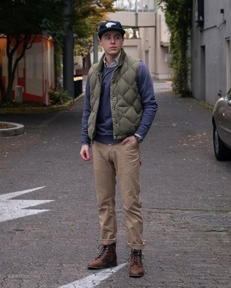 Navy Sweatshirt Outfits For Men: Show off your prowess in menswear styling by pairing a navy sweatshirt and khaki chinos for a relaxed look. Dark brown leather casual boots will easily smarten up even your most comfortable clothes.