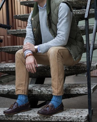 Dark Brown Leather Boat Shoes Outfits: You're looking at the indisputable proof that an olive quilted gilet and khaki jeans are awesome when paired together in a laid-back look. Introduce dark brown leather boat shoes to the equation et voila, this ensemble is complete.