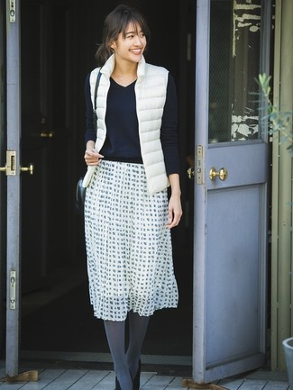 Reach for a gilet and a white and black check full skirt for a lazy Sunday brunch. A pair of black suede pumps adds some real flair to this look. This look is absolutely great to welcome spring.