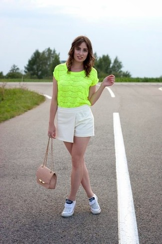 How to wear: green-yellow lace short sleeve blouse, beige shorts, white low top sneakers, pink leather crossbody bag