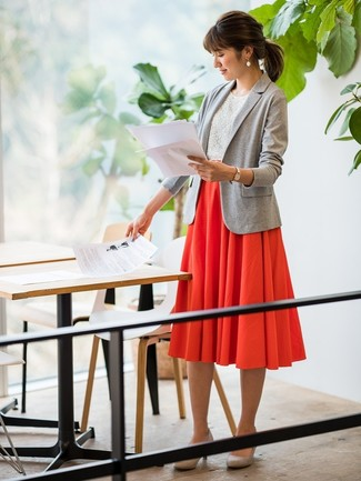 Red Pleated Midi Skirt Outfits: A grey knit blazer and a red pleated midi skirt are a nice combo that will carry you throughout the day. A pair of grey suede pumps effortlessly amps up the oomph factor of any outfit.