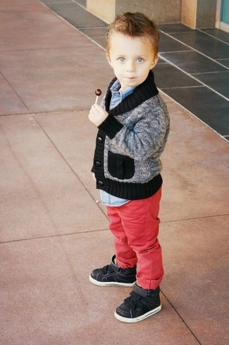 How to Wear Burgundy Jeans For Boys: This combo of a grey cardigan and burgundy jeans is both a comfortable and stylish choice for your darling. Complement this outfit with black sneakers.