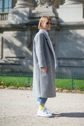 How to wear: grey coat, blue boyfriend jeans, white athletic shoes, green-yellow socks