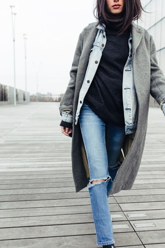 This pairing of a grey coat and blue ripped slim jeans combines comfortand efficiency and allows you to keep it clean yet trendy. Rest assured, this ensemble will keep you comfy as well as looking cute in this in-between weather.