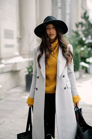 How to Wear a Mustard Knit Turtleneck For Women: A mustard knit turtleneck and black skinny pants are a nice combination to keep in your current off-duty repertoire.