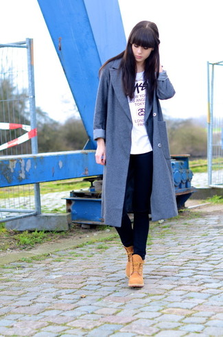 How to wear: grey coat, white print crew-neck t-shirt, navy skinny jeans, tan suede lace-up flat boots