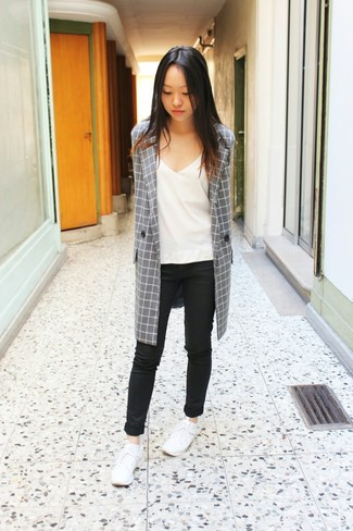 This combo of a grey check coat and black skinny jeans is a safe bet for an effortlessly cool look. White low top sneakers will give your look an on-trend feel.